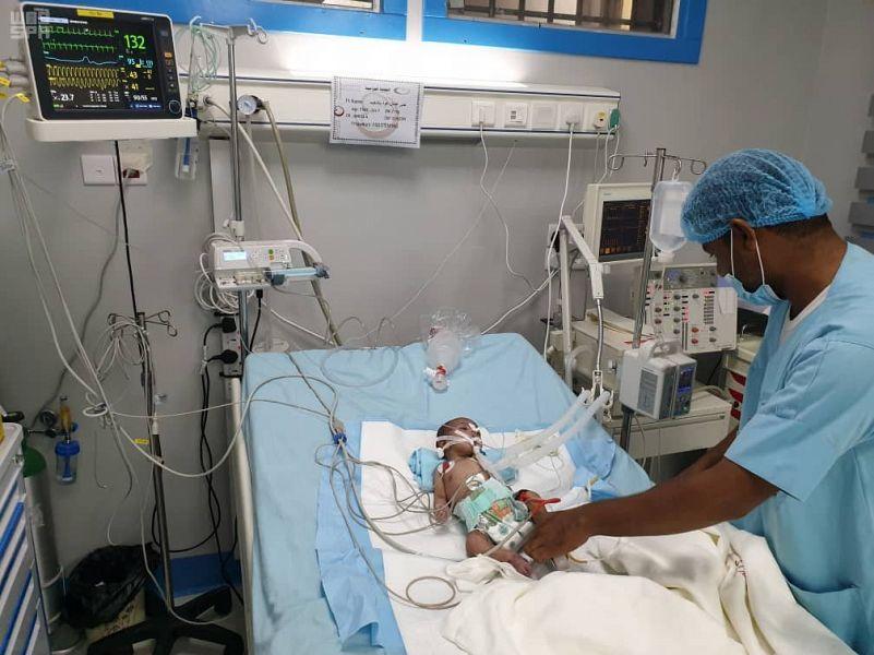 """والد الطفلة اليمنية """"جنى"""" يشكر الفريق الطبي لمركز الملك سلمان للإغاثة وقيادة القوات المشتركة على المبادرة النبيلة بعلاج ابنته"""
