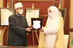 الأوقاف المصرية تقدم درعها لوزير الشؤون الإسلامية