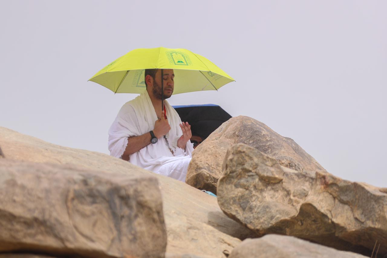 الشؤون الإسلامية تواصل توزيع مظلة شمسية على ضيوف الرحمن