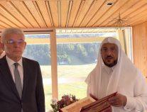 """""""آل الشيخ"""" يهدي نسخة من المصحف لرئيس البوسنة"""