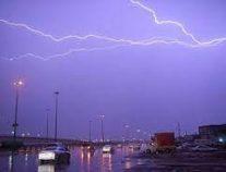 هطول أمطار رعدية مصحوبة بزخات من البرد ورياح نشطة على عدة مناطق